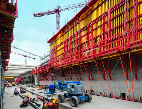 A climbing system served as scaffolding for the 7.80 m high girder wall formwork for the second concreting cycle height