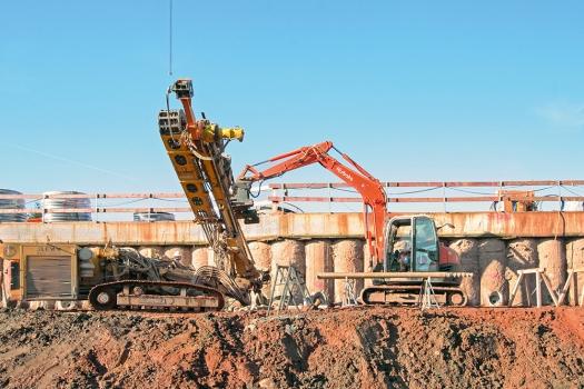 Für die Rückverankerung der Baugrubenumschließung produzierte und lieferte DSI 223 Litzendaueranker sowie 393 temporäre Litzenanker.