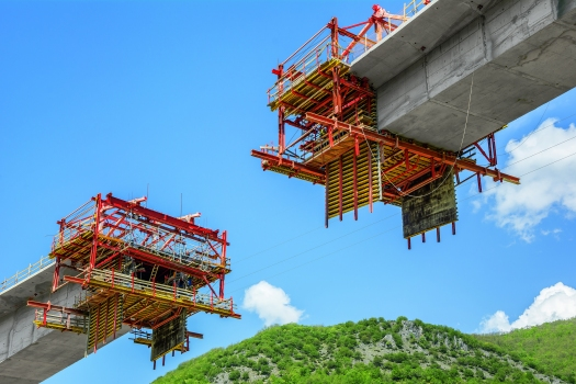 The left, right and centre sections of the bridge superstructure were sub-divided into 64 concreting sections and simultaneously realised using a total of four balanced cantilever carriages.