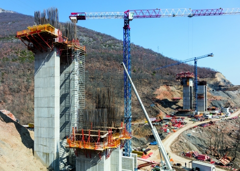 For constructing the bridge piers, panel formwork and girder wall formwork were used as well as a combination of platforms.