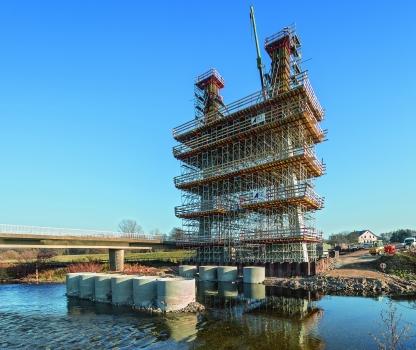 Im Norden von Zwickau führt eine neue Schrägseilbrücke die Kreisstraße K 9316 über die Mulde. Sie ersetzt die bisherige Brücke, die beim Hochwasser 2013 stark beschädigt wurde.
