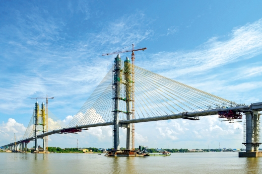 The Tsubasa Bridge spans the Mekong near Neak Loeung.
