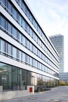 Das NEWTON von DMP Architekten stellt der Farbdominanz der ADAC-Hauptverwaltung eine puristische Gestaltungssprache gegenüber.  : Das NEWTON von DMP Architekten stellt der Farbdominanz der ADAC-Hauptverwaltung eine puristische Gestaltungssprache gegenüber.