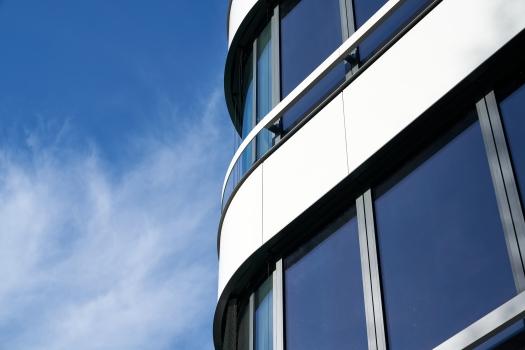 Die Lebensdauer der Einbrennlackierung entspricht der Lebensdauer der gesamten Fassade. Damit erfüllt sie besonders hohe Nachhaltigkeitsansprüche.
