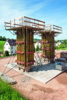 La trame sur une largeur de 25 cm du coffrage de poutre NOEratio s'est avérée être un réel avantage pour les sections filigranes des colonnes lors de la construction du pont traversant le Leutersbach
