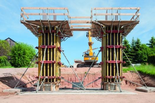 Der 25-cm-Breitenraster der NOEratio Trägerschalung erwies sich bei den filigranen Querschnitten der Pfeiler als besonderer Pluspunkt beim Bau der Brücke über den Leutersbach.