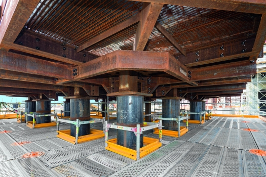 Safe working platforms without tripping hazards; scaffolding installation to accommodate plant components can be systematically and flexibly carried out, i.e. without time-consuming on-site tube and coupling assembly, in 25 cm increments.