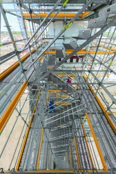 Integrierte Treppenzugänge mit bis zu 1,25 m Breite ermöglichen die bequeme und rasche Erreichbarkeit aller Gerüstebenen.  : Integrierte Treppenzugänge mit bis zu 1,25 m Breite ermöglichen die bequeme und rasche Erreichbarkeit aller Gerüstebenen.