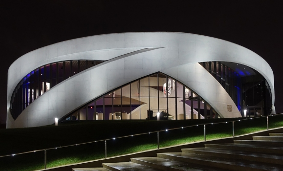 The building's key feature of intersecting arches takes an ancient structural form and re-adapts it.  : The building's key feature of intersecting arches takes an ancient structural form and re-adapts it.