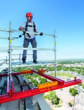 """Zur Ausbildung des Hängegerüsts an der unteren Turmkanzel wurde """"PERI UP Flex"""" an einer auskragend montierten """"VARIOKIT""""-Trägerkonstruktion abgehängt."""