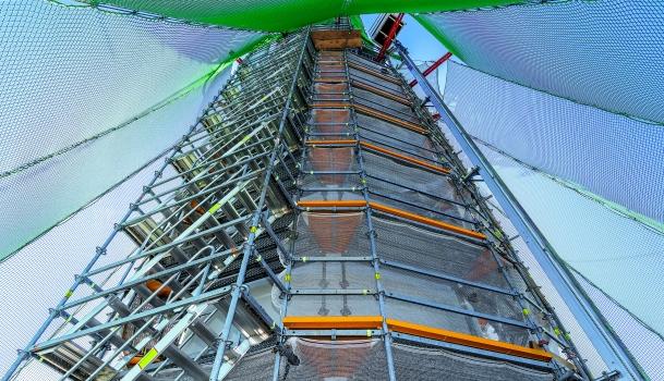 Mit Horizontalriegeln des Modulgerüstsystems wurde die Turmspitze zwischen 192 und 243 m Höhe kreisrund und kraftschlüssig eingerüstet. : Mit Horizontalriegeln des Modulgerüstsystems wurde die Turmspitze zwischen 192 und 243 m Höhe kreisrund und kraftschlüssig eingerüstet.