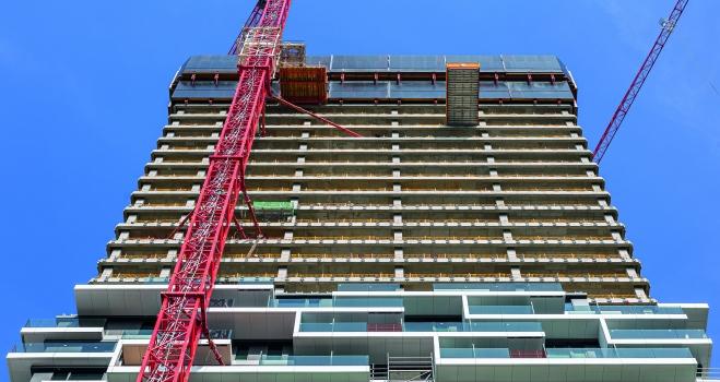 Montage der auskragenden Balkone: Während darüber die Rohbaugeschosse im Wochentakt fertiggestellt wurden, erfolgte ab der 24. Etage bereits die Montage der auskragenden Balkone.