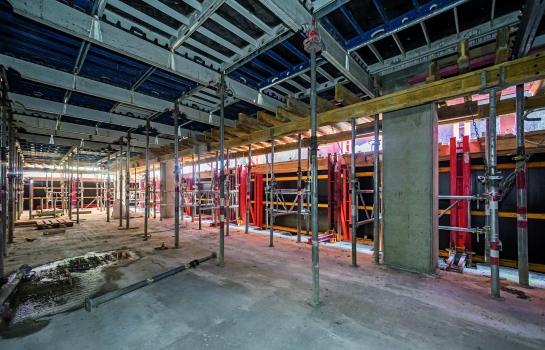 Abgeschirmter Arbeitsraum : Der abgeschirmte Arbeitsraum bot Schutz vor Wind und Wetter. Zudem steigerte das erhöhte Sicherheitsgefühl die Arbeitsproduktivität beim Schalen der Geschossdecken.