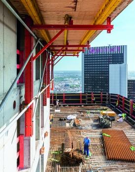 Stahlbetonwände des Gebäudekerns: Die Stahlbetonwände des Kerns wurden vorlaufend mithilfe der Kletterschalung erstellt, während die nachfolgenden Rohbaugeschosse von der Kletterschutzwand dicht umschlossen und geschützt waren.