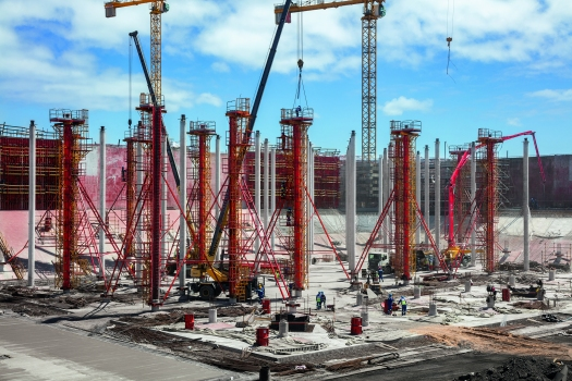 The tank slabs are supported by a total of 2,400 concrete columns. The reinforced circular column formwork had to be cleaned and oiled while in a vertical position.