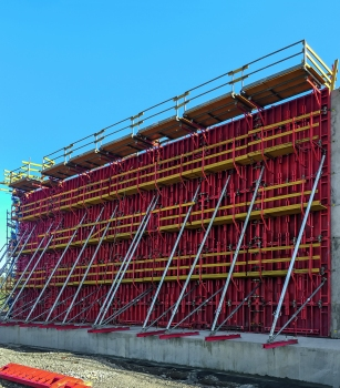 Using 75 m² units, the tank walls as well as all the walls of the pumping station and the concrete casing of the pipelines were formed.