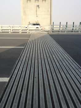 An 18-gap modular joint of the Taizhou Bridge