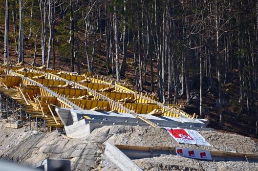 Eine von neun Sprungschanzen des Planica Nordic Centers während ihrer Errichtung