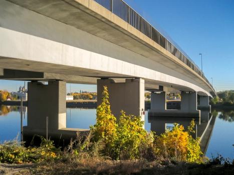 Die Plymouth Avenue-Brücke mit gut sichtbaren Hohlkastenträgern