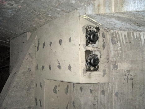 Ein neuer Betonblock mit Verankerungen in einem Hohlkastenträger