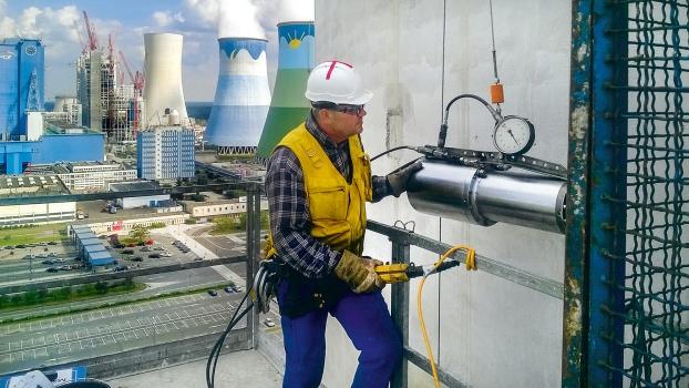 Auf den ungeschützten Plattformen sah sich das DSI-Team in großer Höhe oft starkem Wind und Regen ausgesetzt.