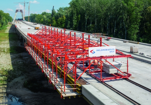 A Variokit cantilevered parapet carriage served for constructing the external cantilevered parapets. The horizontal loads are transferred via friction, anchoring is not required.