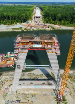 Two 75 m high, A‑shaped pylons carry the three main bridge segments with a total length of 420 m. Efficient construction had been ensured by Peri engineers by combining the CB and RCS climbing systems to create a customized formwork solution