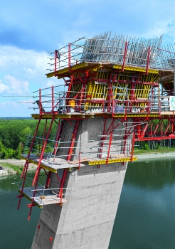 On the forward and reversed-inclined outer walls, the rail-guided RCS formwork was climbed by means of mobile hydraulic units; the CB climbing formwork on the front sides was moved to the next casting segment by crane. For this project, this combination provided the optimum solution regarding speed and material costs.
