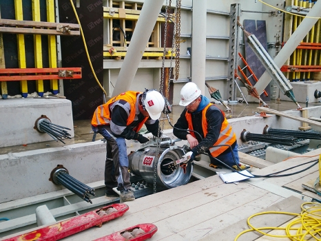 The post-tensioning system was also used to provide the proper connection between the individual segments of the central pylon. For this purpose, transverse and longitudinal tendons were inserted through the pylon and anchored inside the box girder.