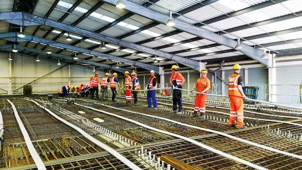 Der Hauptteil der Arbeiten wurde vor Ort in Montagehallen durchgeführt: Hier wurden die Fertigspannglieder als Quervorspannung in die Betonfertigteilsegmente eingebaut.