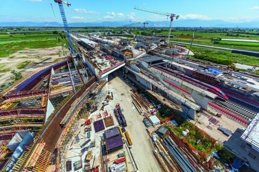 Der neue Bahnhof ist durch vielfach geschwungene Formen geprägt. Verkehrsströme von Reisenden animierten die Architektin Zaha Hadid zu dieser Formgebung.