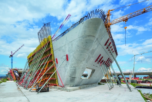For the curved and inclined walls, elements of a special wall formwork were used. The girder wall formwork could be optimally adapted to suit the complex geometries and the high architectural concrete requirements.