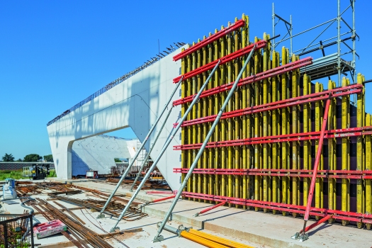 The up to 12 m high girder wall formwork was planned and assembled according to project demands. : The up to 12 m high girder wall formwork was planned and assembled according to project demands.