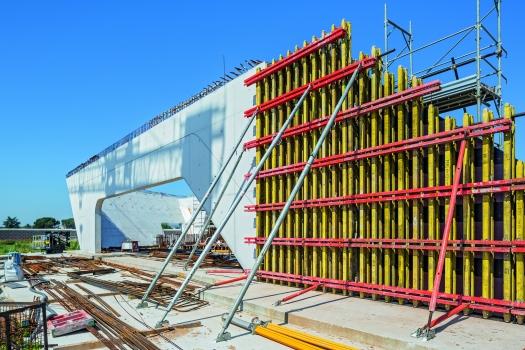 Die Träger‑Wandschalung mit bis zu 12 m Höhe wurde auf Maß geplant und montiert.