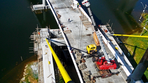 The support structure accommodated the weight of the existing bridge so that the damaged pier of the existing structure could be removed. : The support structure accommodated the weight of the existing bridge so that the damaged pier of the existing structure could be removed.