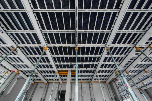 The panel slab formwork ensures similar fast shuttering times for constructing the floor slabs as for the slab of the underground garage at the start of construction work.