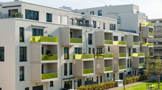 Die namensgebenden Frames stehen wie herausgezogene Schubladen unregelmäßig an der weißen Außenfassade hervor, strukturieren das Gebäude und öffnen den Wohnraum nach außen.