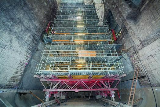 Der fahrbare, 34 m hohe Gerüstbock wurde in der ersten Phase als Plattform für die Strahlarbeiten verwendet, anschließend dient er zusammen mit VARIO GT 24 und MULTIPROP als Schalungsgerüst.