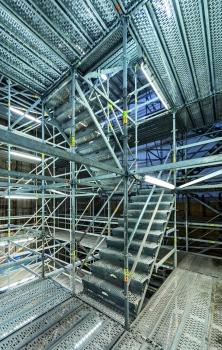 In die PERI UP-Gerüstkonstruktion integrierte Treppenläufe sorgen für die schnelle und sichere Zugänglichkeit aller Ebenen.  : In die PERI UP-Gerüstkonstruktion integrierte Treppenläufe sorgen für die schnelle und sichere Zugänglichkeit aller Ebenen.