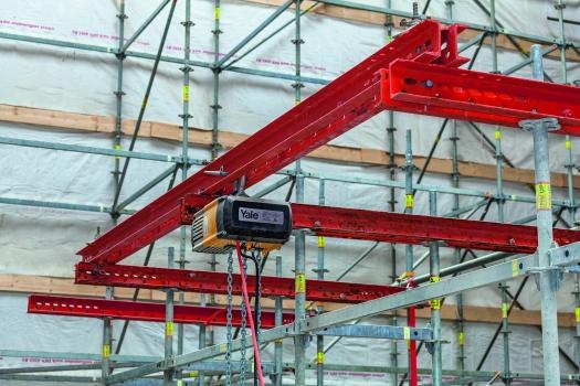 Die Kettenzüge zum Anhängen der Seitenschalung sind an einer VARIOKIT-Galgenkonstruktion angebracht.  : Die Kettenzüge zum Anhängen der Seitenschalung sind an einer VARIOKIT-Galgenkonstruktion angebracht.