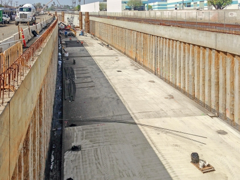 Durch das San Gabriel Trench-Projekt wird ein 2,25 km langer Abschnitt der Union Pacific-Bahnschienen in einen Graben verlegt, der durch die Stadt San Gabriel führt.