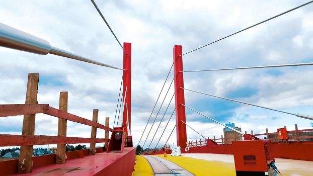 The two 30 m high pylons hold the up to 80 m long stay cable strands.