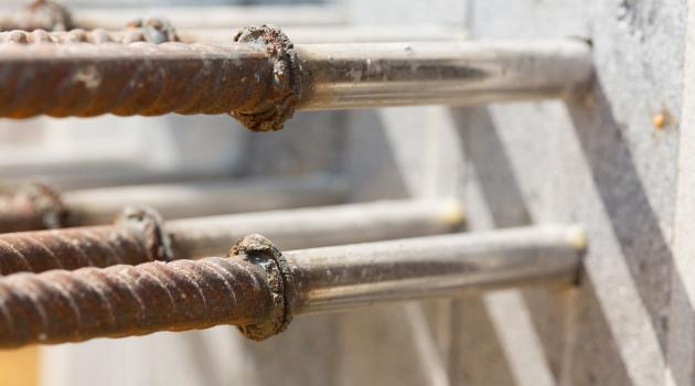 Die Zug- und Querkraftstäbe des Isokorb bestehen aus Beton- und Edelstahl. Edelstahl ist mit seiner deutlich geringeren Wärmeleitfähigkeit besser für die Durchdringung des Dämmkörpers geeignet.