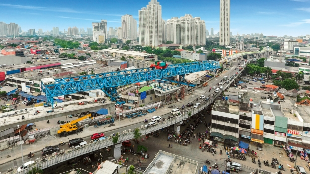 A 1,400 m long viaduct is being erected in the Seskoal section of the new busway Corridor 13 in Jakarta. : A 1,400 m long viaduct is being erected in the Seskoal section of the new busway Corridor 13 in Jakarta.