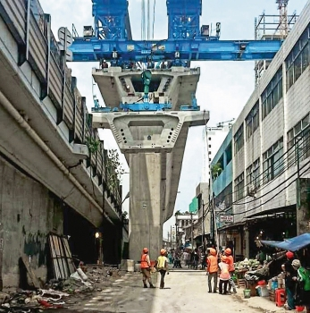 The viaduct is being built using the span by span method with an overhead launching gantry to comply with the limited schedule and to reduce traffic obstruction to a minimum.