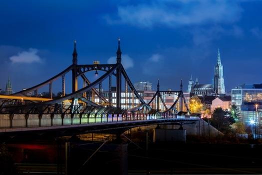 Die Neutorbrücke in Ulm ist eine 112 m lange Straßenbrücke zur Querung von Eisenbahngleisen. Sie wurde mit zwei Pylonen und einer eisernen Fachwerkkonstruktion erbaut. Im Herbst 2014 wurde die Abdichtung saniert und die Fahrbahn erneuert