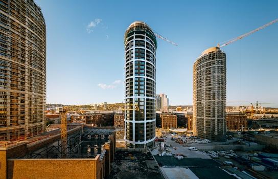 Die komplexe Planung und Konstruktion des Fassadengerüsts der drei elliptischen, 105 m hohen Wohntürme erfolgte in Teamarbeit mit Ingenieuren aus der Slowakei und der Tschechischen Republik.