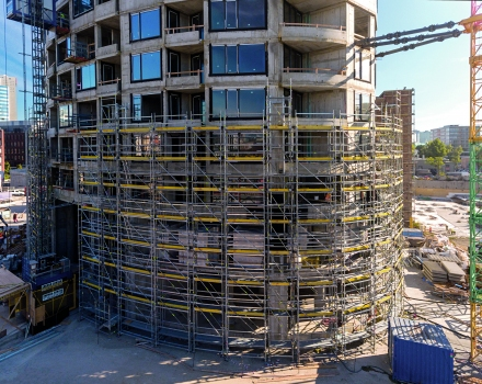 The lower, 25-metre-high section of the scaffolding solution was erected using falsework.