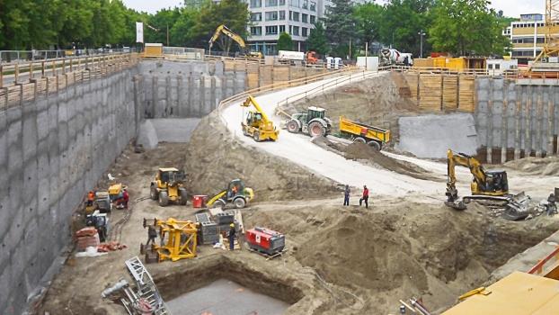 Für die großflächige Baugrube mussten etwa 62.000 m³ Erdreich ausgehoben werden