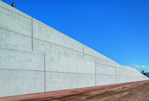 The walls which separate the artificial hill from the rest of the park are up to 32 m high. The required high architectural concrete quality has been easily achieved using the VARIO Wall Formwork with the formlining sheets screwed on at the rear